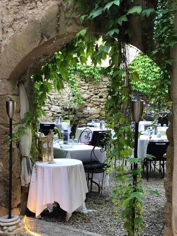 La cour jardin du Café de l'Ormeau